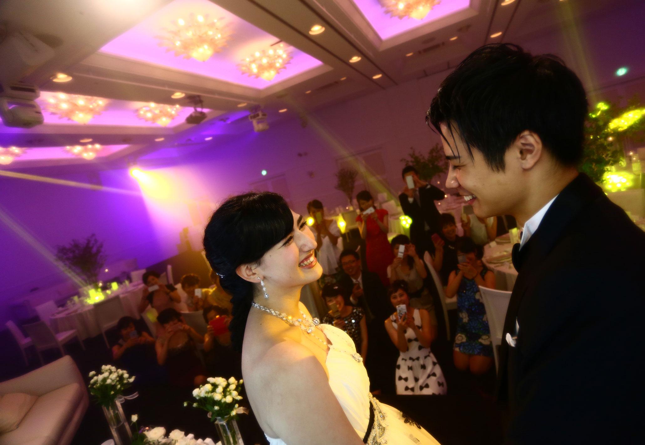 ゲストに囲まれ最高の一日を|愛媛県松山市の結婚式場ベルフォーレ松山