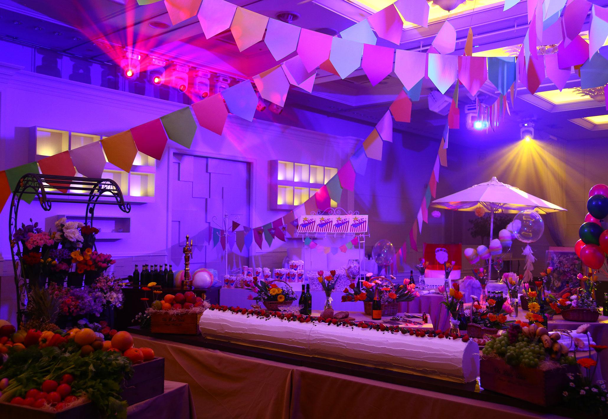マルシェな空間も光の演出で様変わり|愛媛県松山市の結婚式場ベルフォーレ松山
