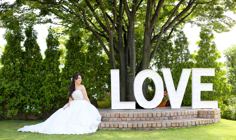 青空の下緑あふれるガーデン|愛媛県松山市の結婚式場ベルフォーレ松山
