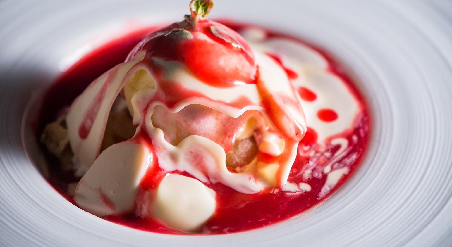 ホワイトチョコドームと冷菓子に温フランボワーズソース | 愛媛県松山市の結婚式場ベルフォーレ松山
